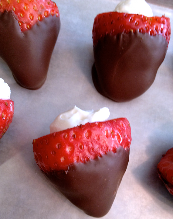chocolate-covered-strawberries-with-cheesecake-filling-06