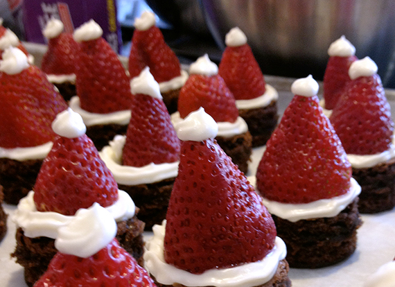 santa-hat-brownie-bites-07